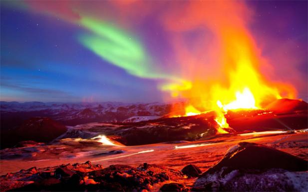 Ηφαιστείου με φόντο το βόρειο σέλας