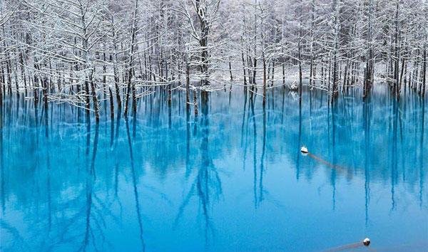 Πανέμορφη γαλάζια λίμνη αλλάζει χρώμα στη στιγμή!!!!!